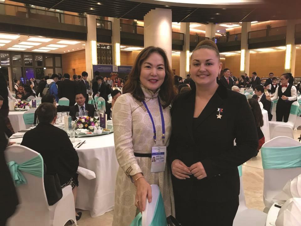 ОХУ-ын Парламентын гишүүн, Оросын Холбооны Улсын баатар, сансарын нисэгч Елена Серовагийн хамт Вьетнамд болсон Эмэгтэй Парламентчдын чуулган дээр. 2018 он